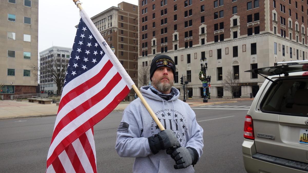 約翰·克勞在密歇根州議會大樓前的街上。(林樸/大紀元)
