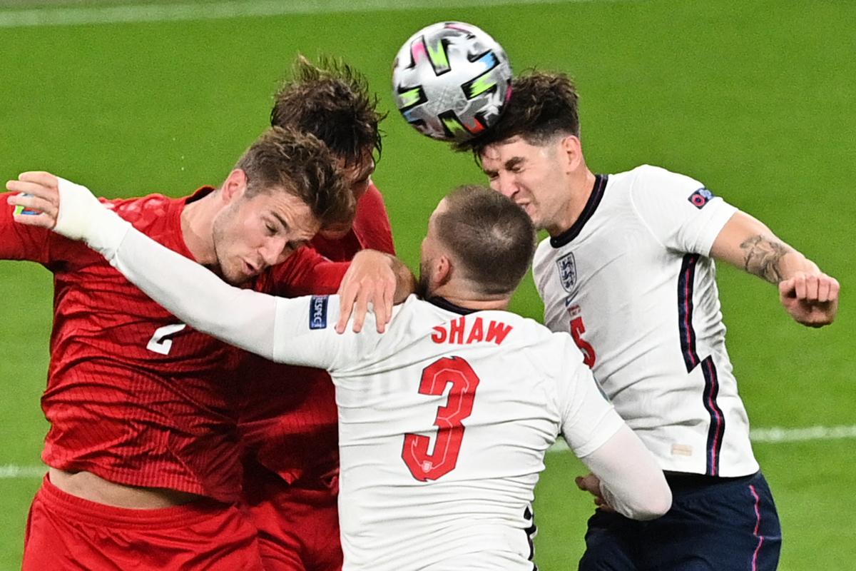 歐洲準決賽,英格蘭通過加時賽以2:1戰勝丹麥晉級。圖為雙方球員拼搶瞬間。(JUSTIN TALLIS/POOL/AFP via Getty Images)
