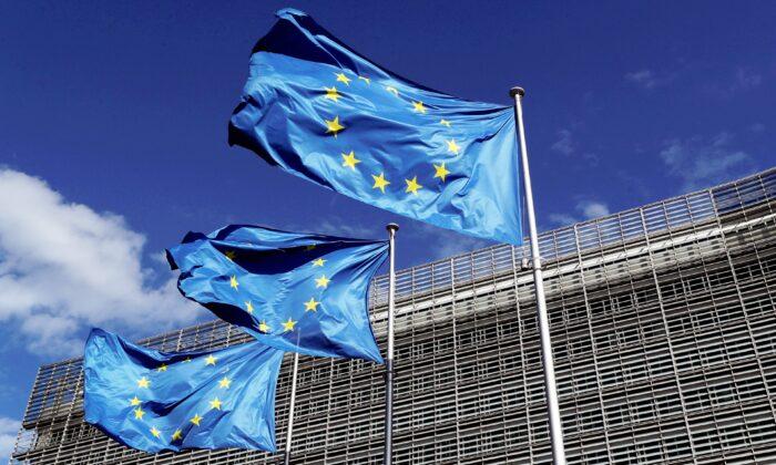 歐盟2021年2月13日呼籲北京撤銷對BBC世界新聞電視頻道的禁令。圖為2020年8月21日,比利時布魯塞爾歐盟委員會總部外飄揚的歐盟旗幟。(Yves Herman/Reuters)
