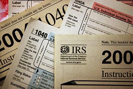 圖為美國國稅局(IRS)的各項個人收入報稅表。(Scott Olson/Getty Images)