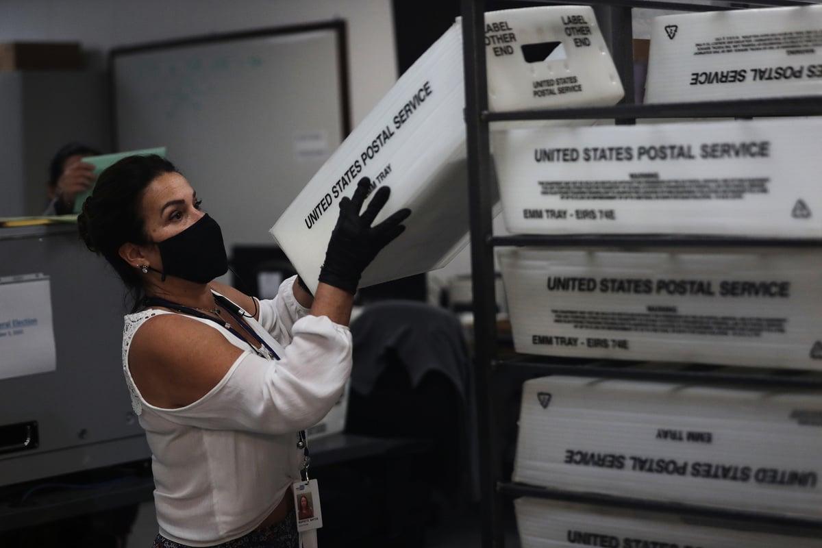 2020年11月3日,邁阿密戴德縣選舉部門的一名工人正在統計郵寄過來的選票。(Joe Raedle/Getty Images)