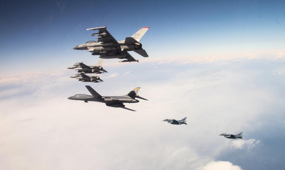 2020年4月22日,從美國本起飛的B-1B轟炸機,與日本三澤空軍基地的F-16戰鬥機、日本航空自衛隊的F-2戰鬥機聯合演練。(美國空軍)