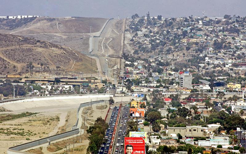 圖為美墨邊界一景,美國在墨西哥蒂華納(右)和美國聖地牙哥(左)之間修建了22.5公里隔離牆,以阻止非法移民(AFP PHOTO/Luis ACOSTA)