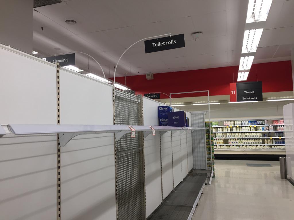 2020年3月3日,悉尼華人區Hurstville的Coles超市的廁紙貨架同樣被消費者掃光。(林岳/大紀元)
