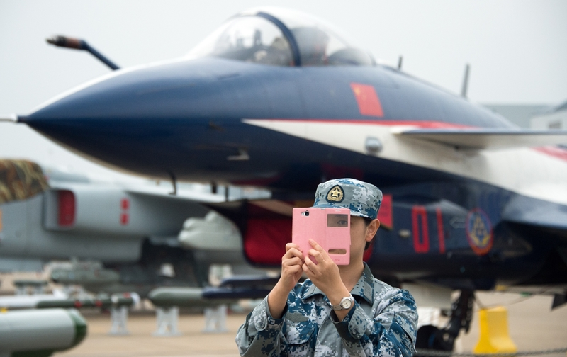 中共在上海舉行進口博覽會的同時,在珠海舉行航展,很多國產新武器首度展出。圖為2014年11月珠海航展中,成都飛機設計研究所研製的殲-10戰機。(Getty Images)
