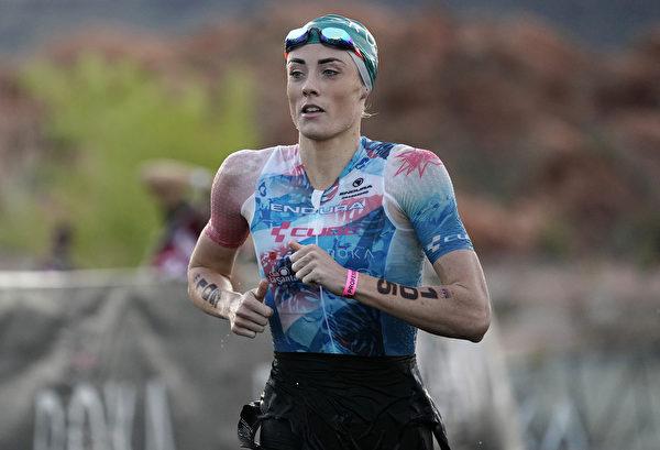 2021年9月18日,美國猶他州聖喬治(St. George),「鐵人70.3世界錦標賽」(IRONMAN 70.3 World Championship)期間,英國選手露西‧查理斯-巴克萊 (Lucy Charles-Barclay)完成了游泳項目比賽。(Patrick McDermott/Getty Images for IRONMAN)