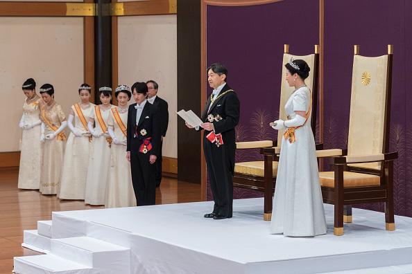 日本新王德仁於5月1日「劍璽等承繼之儀」結束後,在舉行「即位後朝見之儀」與新王后雅子首度與代表國民的人士會面,並發表他的第一次講話。(Handout/Imperial Household Agency of Japan via Getty Images)