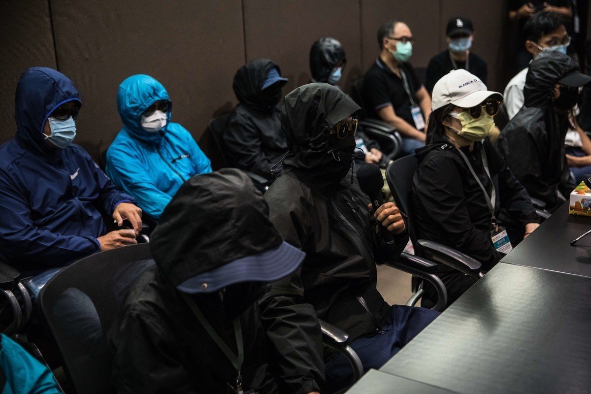 律師黃帝穎呼籲,被關押的12人需要繼續關注,香港人權才會被重視。圖為12港青家屬日前召開記者會。(DALE DE LA REY/AFP)