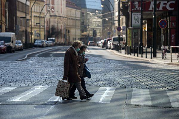 2020年中共病毒(武漢肺炎)在全球肆掠。(MICHAL CIZEK/AFP via Getty Images)
