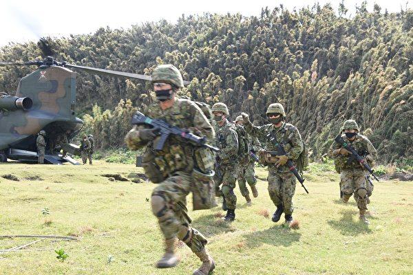 2020年11月1日,美國海軍陸戰隊與日本兩棲快速部署旅合作,在日本沿海無人居住的小島加雅吉馬進行了兩棲攻擊演習。(美國印太司令部)