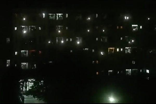 2020年9月20日,西安外國語大學學生因不滿校方在疫情期間封校,物價上漲等,在宿舍內集體吶喊近30分鐘,表達強烈不滿。(影片截圖)