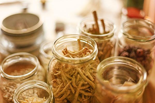 古人從大自然生長的植物中,發現了很多植物有藥用功效,於是在秦漢時期藥學專著《神農本草經》問世。而經過長期的實踐,中醫不斷發現有抗衰老作用的中草藥。(Shutterstock)