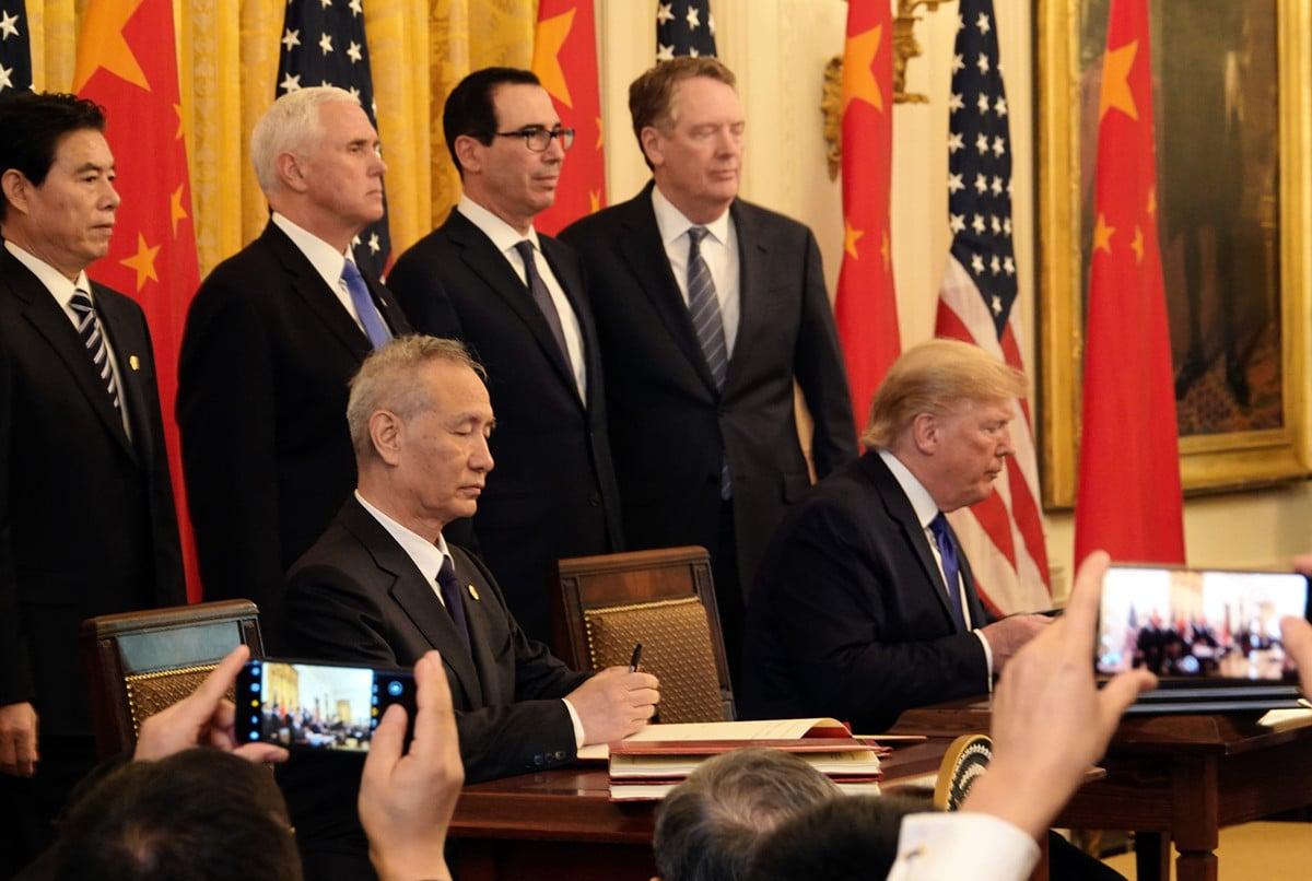 中美周三(1月15日)中午簽署貿易協議後,美國貿易代表辦公室公佈協議英文版本,總計八章,96頁。圖為特朗普總統及中共副總理簽署協議。(Jenny Jing/大紀元)