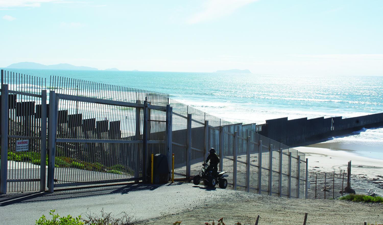 位於聖地牙哥和蒂華納之間的美墨邊境牆在San Ysidro地區的一部份,通向無邊界的大海。牆的上方是墨西哥境內,下方聖地牙哥境內。(楊婕/大紀元)