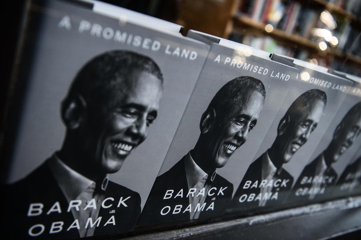 2020年11月17日,美國前總統巴拉克·奧巴馬(Barack Obama)的新書在華盛頓一家書店出售。(Nicholas Kamm/AFP via Getty Images)