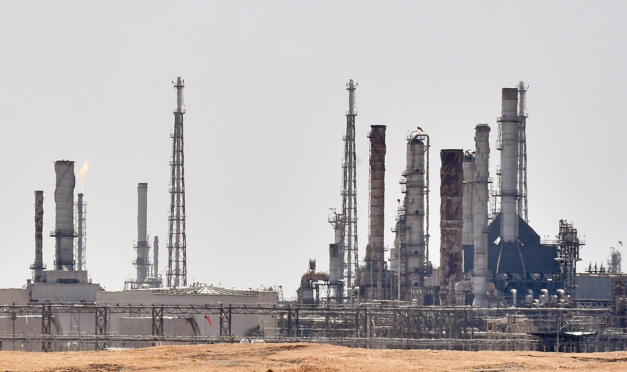 沙特石油設施受到無人機襲擊,對全球油價和燃料的價格會造成甚麼樣的影響呢?圖中為受襲後重新投入營運的「沙特阿美」(Aramco)煉油廠。(FAYEZ NURELDINE / AFP)