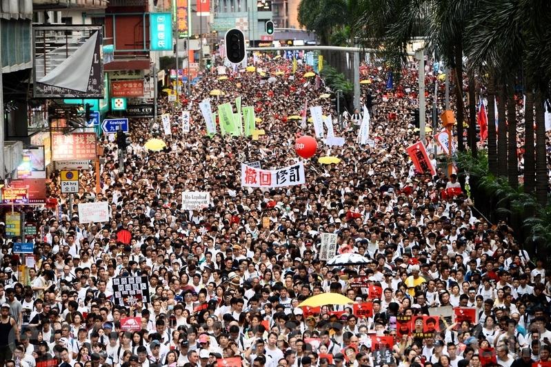 2019年6月9日,香港百萬市民參加遊行,抗議香港政府修訂逃犯條例,並要求林鄭月娥下台。(宋碧龍/大紀元)