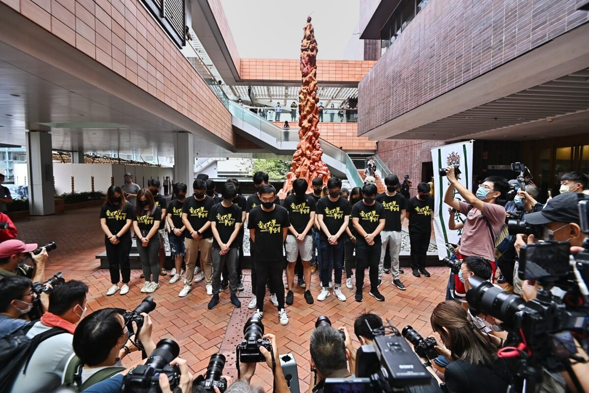 2021年6月4日,香港大學學生會的學生們在校園內的「國殤之柱」前默哀,悼念六四遇害者。(Sung Pi-long/The Epoch Times)