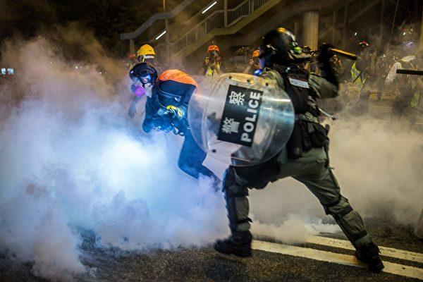 8月4日晚,大批示威者聚集在銅鑼灣,警察多次施放催淚彈驅趕。( ISAAC LAWRENCE/AFP/Getty Images)