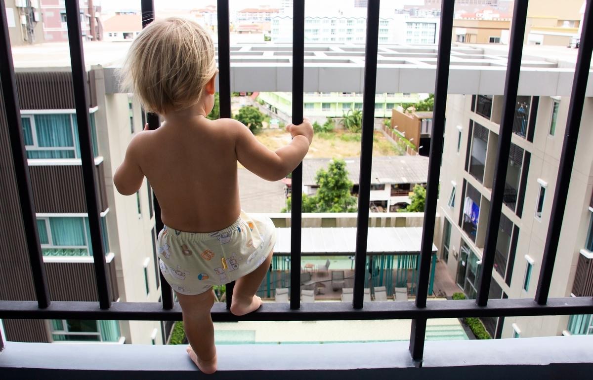2月28日,越南河內一名3歲女童從12樓高的自家公寓欄杆爬出後失足墜落,所幸被樓下一名貨車司機徒手接住,保住了女娃的性命。此為示意圖,與本文無關。(Pixabay)