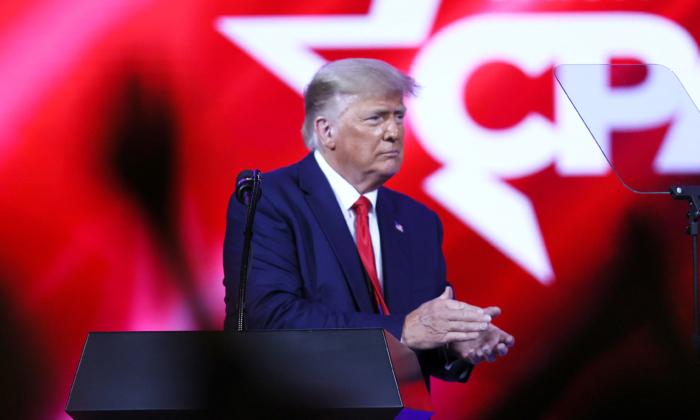 2021年2月28日,前美國總統特朗普在佛羅里達州奧蘭多市凱悅酒店舉行的美國保守派聯盟大會(CPAC)上發表講話。(Joe Raedle/Getty Images)