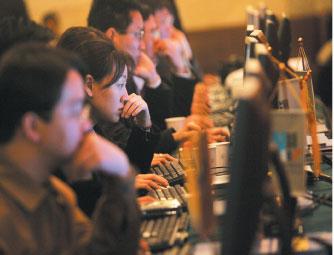中共封鎖網絡,以致很多信息中國人看不到,其認知與海外華人差別巨大。圖為北京民眾正在瀏覽網頁。(法新社)