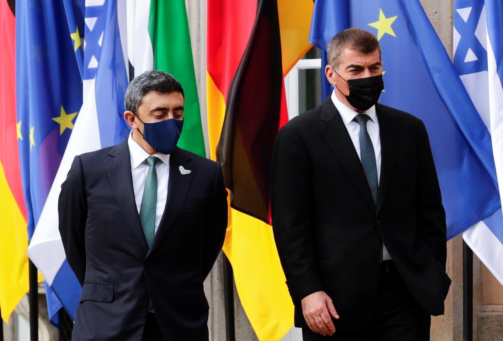 阿聯酋外長Sheikh Abdullah bin Zayed al-Nahyan(左)和以色列外長Gabi Ashkenazi會面資料照。(HANNIBAL HANSCHKE/POOL/AFP)