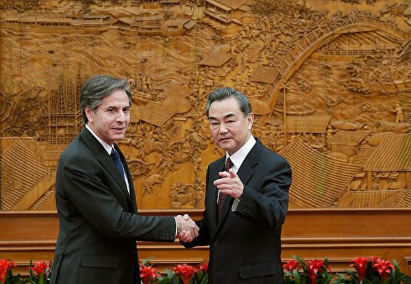 2015年2月11日,布林肯作為美國副國務卿訪問北京,會見中共外長王毅。(Andy Wong – Pool/Getty Image)