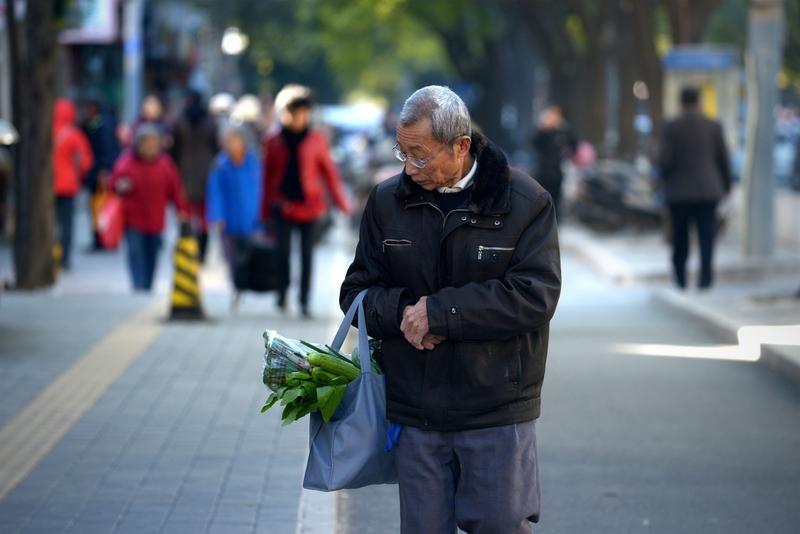 大陸已經有22個省市的養老金入不敷出。圖為走在北京街頭的老者。(WANG ZHAO/AFP/Getty Images)
