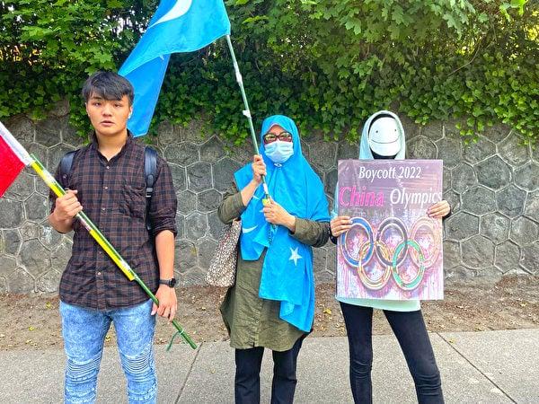 Ashar(左一)認為:「從默默無聞沒有人知道,到現在在國際社會的發聲,這是一個過程。」(梁月/大紀元)