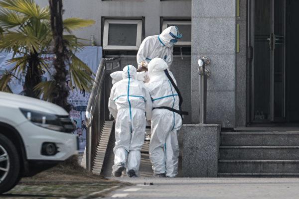 圖為武漢金銀潭醫院外全副武裝的醫護人員。(STR/AFP via Getty Images)