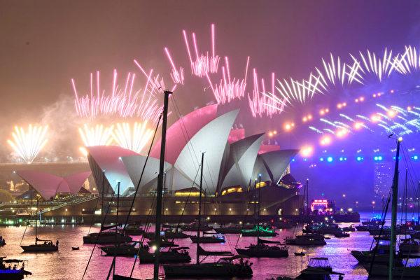由於疫情縮減規模的悉尼煙花秀帶領澳洲迎來2021年。(Wendell Teodoro/Getty Images)