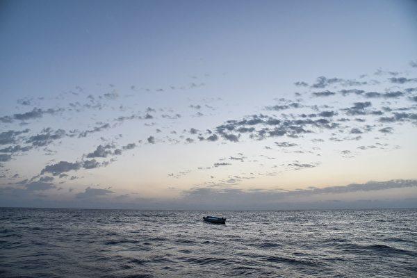 聯合國難民署發言人周四表示,北非利比亞對出海域周三深夜有兩艘難民橡皮艇先後沉沒。圖為茫茫大海上一艘難民船。(ANDREAS SOLARO/AFP/Getty Images)