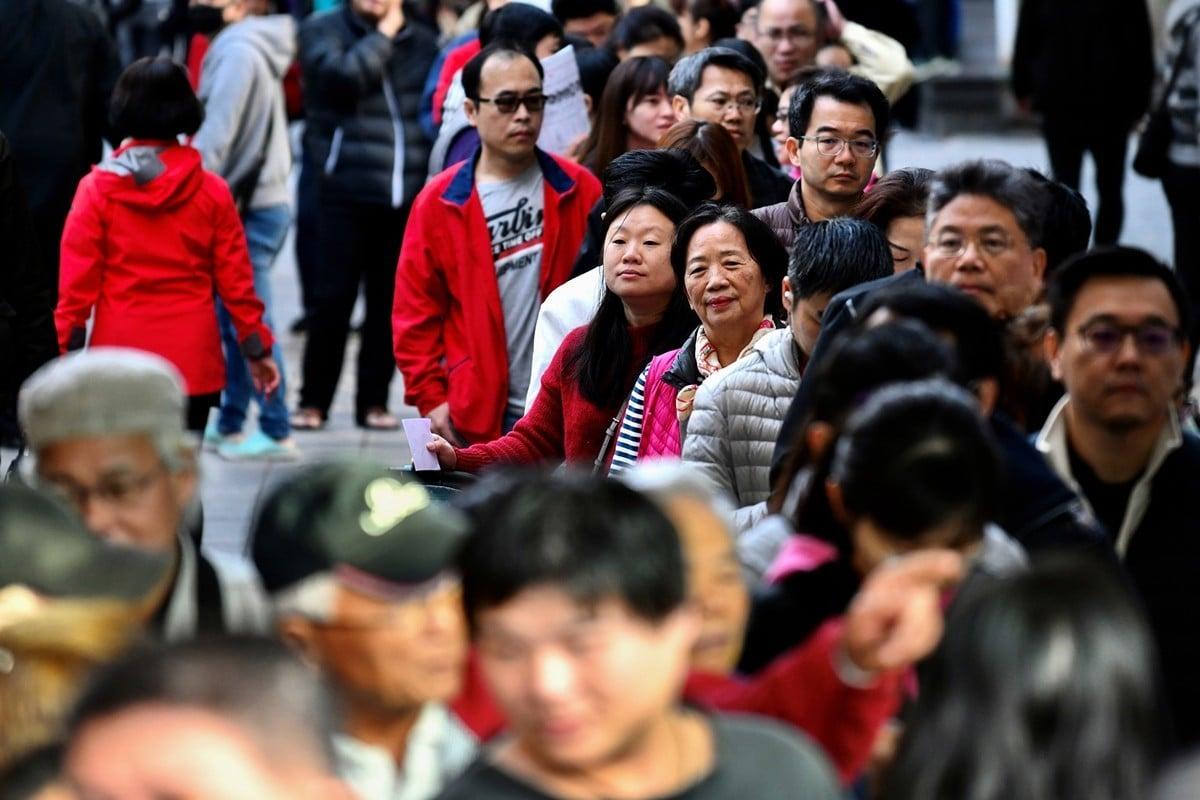 當地時候1月11日晚,台灣大選蔡英文以壓倒性優勢順利連任總統。國際媒體和專家表示,本次選舉體現出台灣民眾對中共日益囂張威權主義的拒絕。圖為排隊投票的台灣民眾。(Photo by Sam Yeh / AFP)