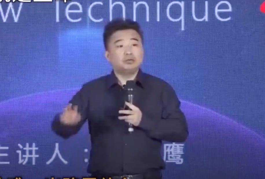 北京普華商學院創始人崔山鷹在演講。(影片截圖)
