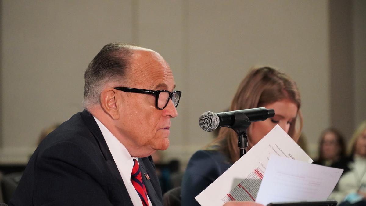 特朗普律師團隊負責人魯迪·朱利亞尼(Rudy Giuliani)和團隊法律顧問珍娜·埃利斯(Jenna Ellis)出席了在凱悅酒店舉行的州參議院聽證會。(李梅/大紀元)