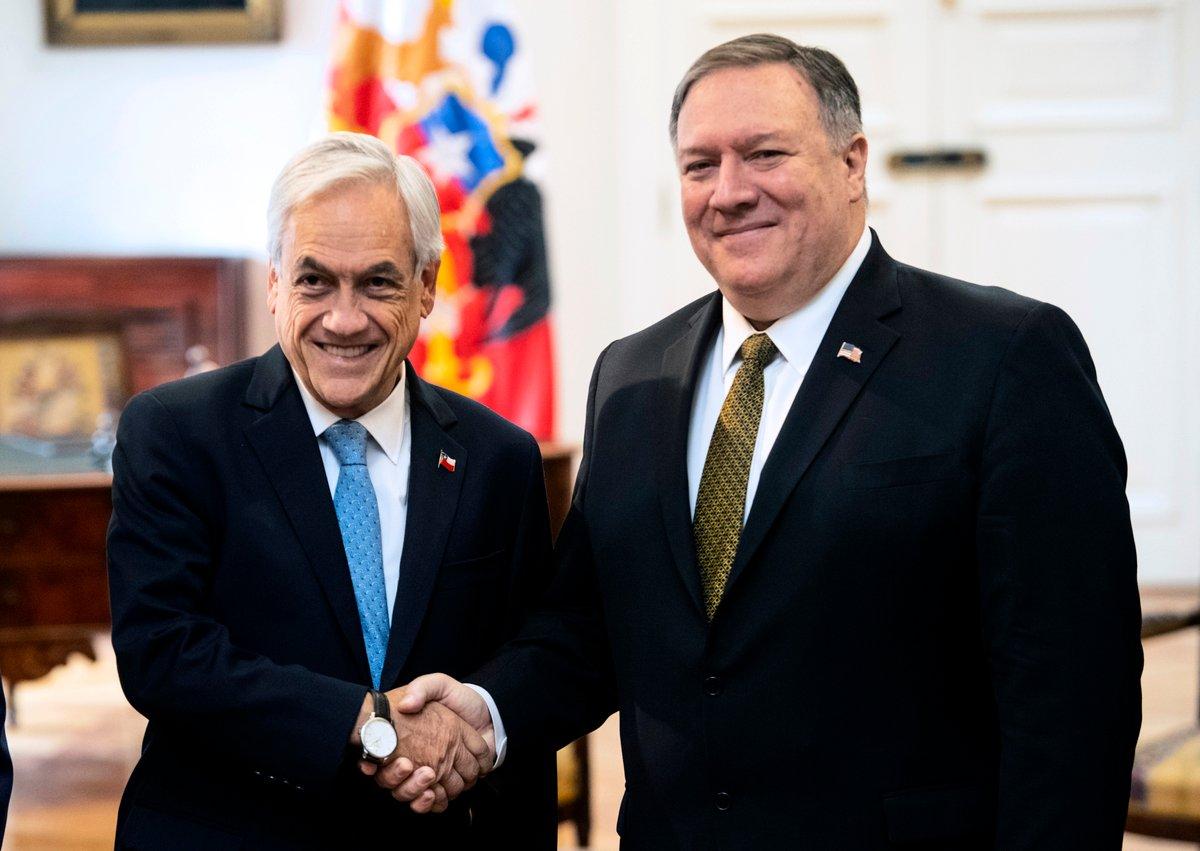 美國國務卿蓬佩奧4月12日起開始對拉丁美洲國家進行訪問。他在首站智利發表講話時,以厄瓜多爾大壩為例披露了中共在拉美地區的投資本質,那就是,在該地區的經濟命脈中注入腐蝕性的資本。圖為蓬佩奧與智利總統皮內拉握手。(Martin BERNETTI / AFP)