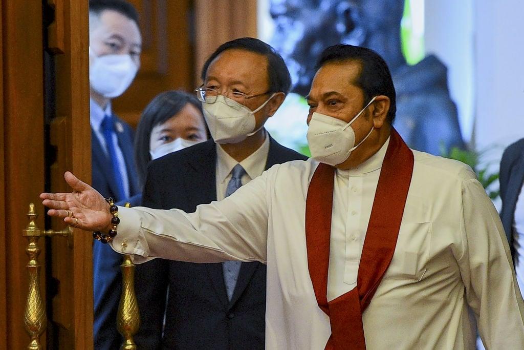 圖為斯里蘭卡總理馬欣達·拉賈帕克薩(Mahinda Rajapaksa)與中共中央外事辦主任楊潔篪2020年10月9日在科倫坡舉行會議。(Photo by ISHARA S. KODIKARA/AFP via Getty Images)