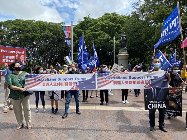 全球矚目的美國大選進入塵埃落定的關鍵時刻。1月6日,澳洲民眾再次在悉尼市中心舉辦挺特朗普連任、反竊選的遊行集會。圖為在悉尼海德公園等待出發的集會人士。(李睿/大紀元)