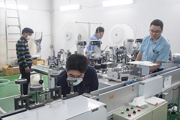 專家建議,若台灣的工具機業者能在此刻快速組裝機台,為全球組裝口罩生產線,這是台灣走向世界最好的機會。圖為台灣口罩國家隊打造口罩機台提前完工,為國家徵用的最後一台口罩機台進行測試。(中央社)