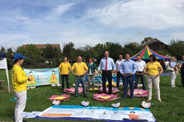 2018年9月9日,在兒童節活動上,嘉賓巴伐利亞州財政部長Furacker、諾馬克市長Thumann和副市長Heislinger以及兒童節活動的主要贊助商學煉法輪功功法。(明慧網)