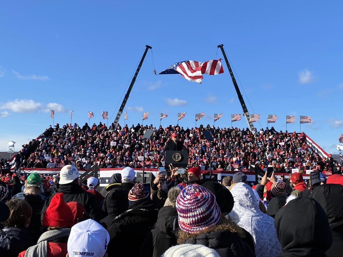 2020年11月2日下午美國總統特朗普在賓夕凡尼亞州的威爾克斯-巴里斯克蘭頓機場(Wilkes-Barre Scranton airport)舉行最後一場集會,現場人山人海,支持者熱情高漲。(李桂秀/大紀元)
