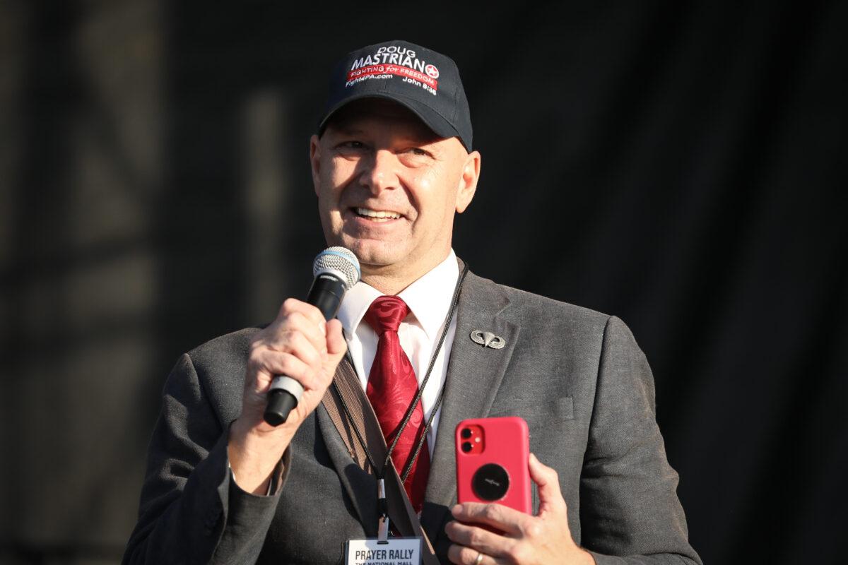 2020年12月12日,賓夕凡尼亞州參議院共和黨籍議員道格·馬斯特里亞諾(Doug Mastriano)在華盛頓國家廣場一場集會上發言。(Samira Bouaou/The Epoch Times)