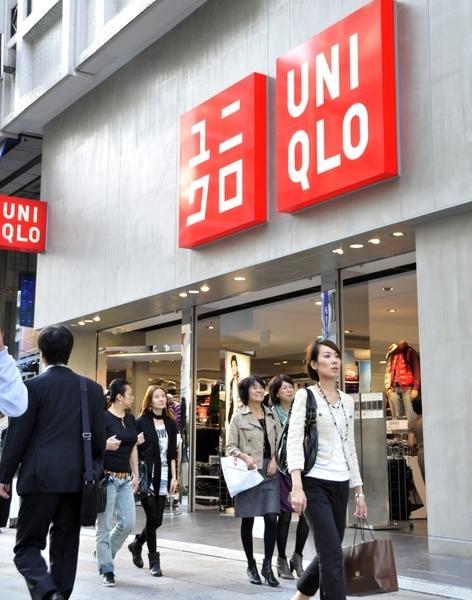 新冠病毒疫情令大陸工廠復工困難,Uniqlo、Gap和Nike等名牌服飾在東南亞的代工廠依賴大陸原料,所以這些品牌正面臨斷貨危機。圖為優衣庫東京的分店。(YOSHIKAZU TSUNO/AFP/Getty Images)