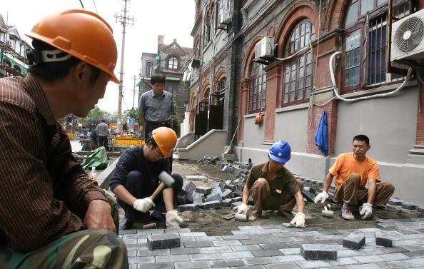 中國大陸貧富差距懸殊,高房價、戶籍制度、高成本教育,使底層人士生活面臨窘境。圖為上海一工地,中國農村青年到城市工作。(MARK RALSTON/AFP/Getty Images 2006-6-5)