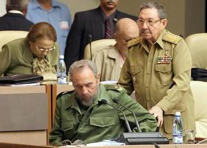 鐵拳統治古巴逾半個世紀的卡斯特羅(左)2016年11月25日晚去世,其弟弟老二(右)仍掌管著古巴政局大權。(ADALBERTO ROQUE/AFP/Getty Images)