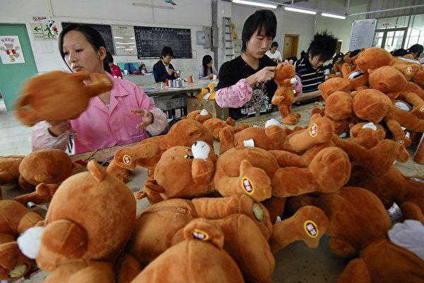 圖為中國深圳的泰迪熊工廠工人正在縫製泰迪熊。(AFP)