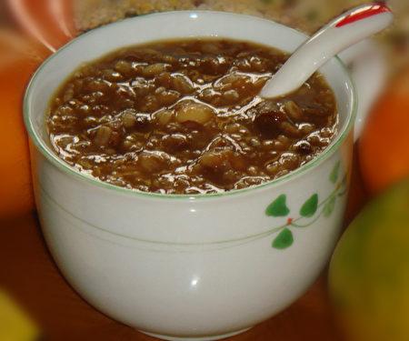 一碗熱乎乎的臘八粥表達了季節的心情。(彩霞/大紀元)