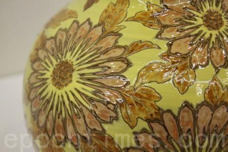 仙菊遇重陽。圖為蘇世雄作品:雕釉黃底菊花紋梅瓶。(林伯東/大紀元)