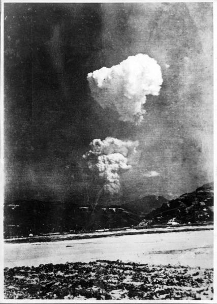 原子彈在廣島爆炸時,顯示蕈狀雲分為一上一下兩朵。(AFP PHOTO)